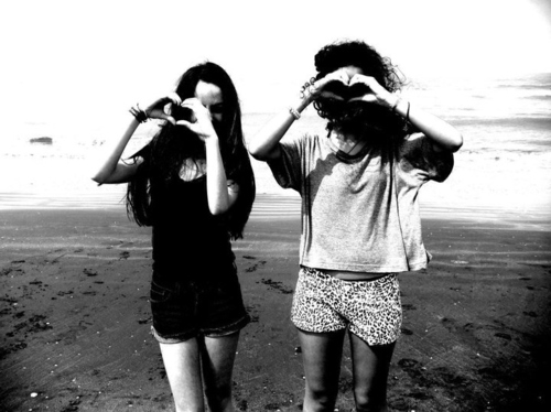 beach-bff-black-and-white-curly-hair-friends-gilr-Favim.com-67647_large